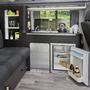 Anthrazitfarbenes Küchenmodul eingebaut in Campingmobil