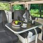 Innenansicht eines Campingvans mit Essplatz