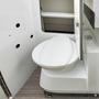 Eingebaute weiße Toilette in Campingmobil