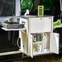 Campingmobil mit nach draußen ausgeschwenktem weißem Küchenmodul