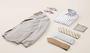 Sportliches beiges Sakko, Streifenhemd und weitere Accessoires.